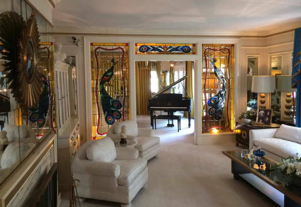 elvis presley graceland living room
