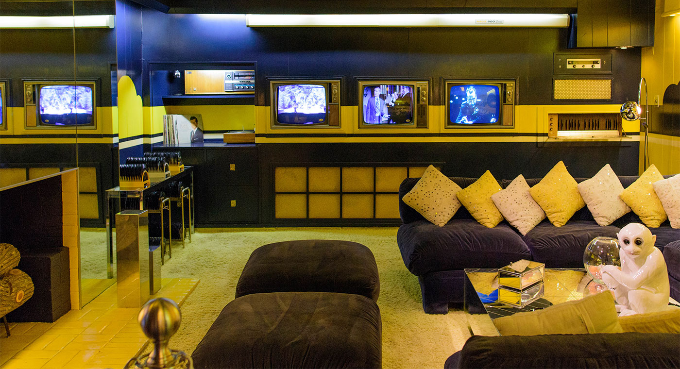 elvis graceland tv room